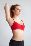Jeune femme faisant le bout droit d'épaule Photographie stock