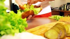 Jeune femme faisant le hot dog dans la cuisine clips vidéos