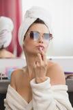 Jeune femme faisant le maquillage à la maison Photographie stock