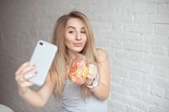 Jeune femme faisant le selfie image stock