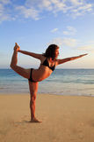 Jeune femme faisant le yoga à la plage Photo libre de droits