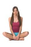 Jeune femme faisant le yoga photographie stock libre de droits