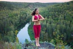 Jeune femme faisant le yoga photo stock