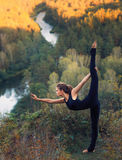 Jeune femme faisant le yoga photos libres de droits