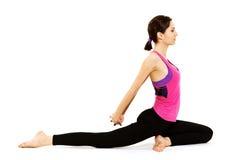 Jeune femme faisant le yoga Images stock