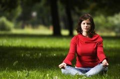 Jeune femme faisant le yoga images libres de droits