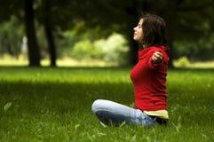 Jeune femme faisant le yoga photo libre de droits