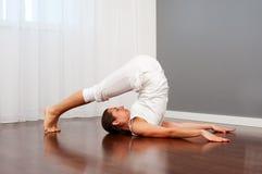 Jeune femme faisant le yoga de bout droit Images libres de droits