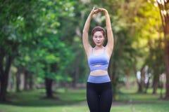 Jeune femme faisant le yoga en parc Images libres de droits