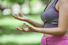 Jeune femme faisant le yoga en parc Photos libres de droits