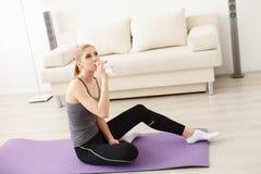 Jeune femme faisant le yoga à la maison Image libre de droits