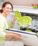 Jeune femme faisant les travaux domestiques Photographie stock libre de droits