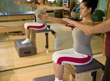 Jeune femme faisant Pilates image stock
