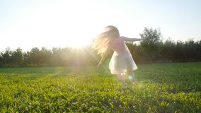Jeune femme faisant un appui renversé au pré de coucher du soleil dehors clips vidéos