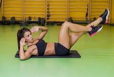 Jeune femme faisant un exercice abdominal photographie stock