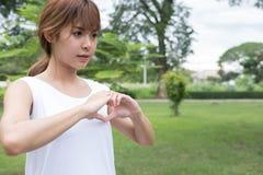 jeune femme faisant un geste de coeur avec ses doigts Fille asiatique Photos libres de droits