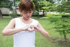 jeune femme faisant un geste de coeur avec ses doigts Fille asiatique Photographie stock