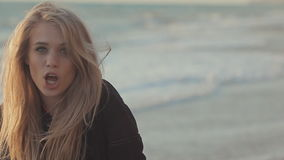 Jeune femme fascinante près de la mer dans les vagues banque de vidéos