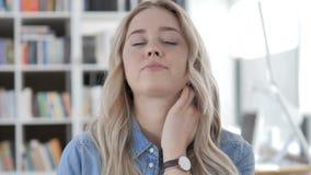 Jeune femme fatiguée avec douleur cervicale banque de vidéos