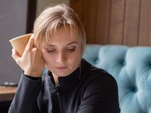 Jeune femme fatiguée et somnolente photographie stock