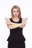 Jeune femme fâchée dans la robe noire Photographie stock