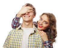 Jeune femme fermant ses yeux d'ami Photographie stock