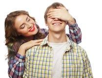 Jeune femme fermant ses yeux d'ami Photographie stock libre de droits