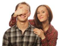 Jeune femme fermant ses yeux d'ami Photos stock