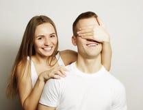Jeune femme fermant ses yeux d'ami Photo stock