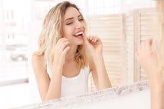 Jeune femme flossing ses dents image libre de droits