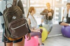 Jeune femme folâtre avec le sac à dos Photos stock