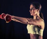 Jeune femme forte faisant des augmenter d'avant d'haltère images stock