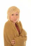 Jeune femme froid dans le cardigan photographie stock libre de droits