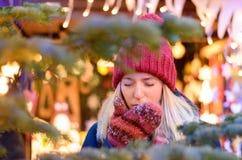 Jeune femme froide toussant sur ses mains enfilées de gants photo libre de droits