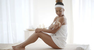 Jeune femme frottant sa jambe image stock