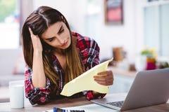 Jeune femme frustrante tenant le document Image stock