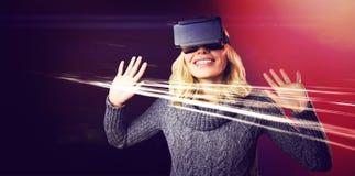 Jeune femme gaie à l'aide du casque virtuel de réalité photos stock