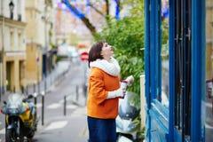 Jeune femme gaie à Paris un jour d'hiver Photos libres de droits