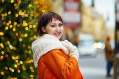 Jeune femme gaie à Paris un jour d'hiver Photos stock
