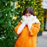 Jeune femme gaie à Paris un jour d'hiver Images libres de droits