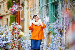 Jeune femme gaie appréciant la saison de Noël à Paris Images stock
