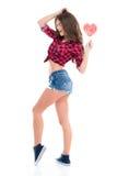 Jeune femme gaie attirante avec la sucrerie en forme de coeur Photos libres de droits