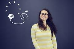 Jeune femme gaie avec le fond avec le graphique, la flèche et les icônes tirés de gestion Photos libres de droits