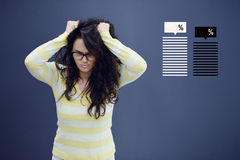 Jeune femme gaie avec le fond avec le graphique, la flèche et les icônes tirés de gestion Image libre de droits