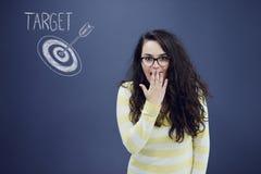 Jeune femme gaie avec le fond avec le graphique, la flèche et les icônes tirés de gestion Photographie stock