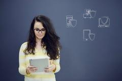 Jeune femme gaie avec le fond avec le graphique, la flèche et les icônes tirés de gestion Photo stock