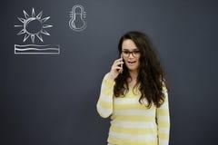 Jeune femme gaie avec le fond avec le graphique, la flèche et les icônes tirés de gestion Photos stock