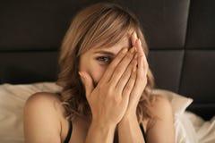 Jeune femme gaie dans la chambre à coucher image stock