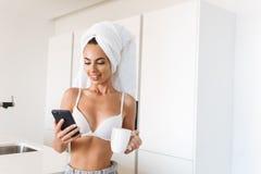 Jeune femme gaie dans le soutien-gorge et serviette autour de sa tête photographie stock