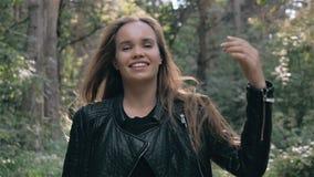 Jeune femme gaie de mode avec le regard rêveur dans la forêt banque de vidéos